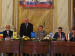 Strângere de mâini între consilierii locali din Arad şi Gyula