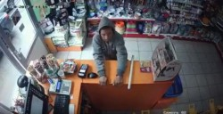 Un tânăr a jefuit un magazin din Micalaca! Cine îl recunoaște este rugat să sune la poliție !
