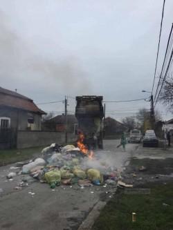 Mașina de gunoi a luat foc