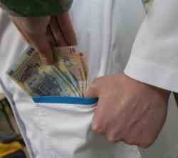 Medic acuzat de luare de mită