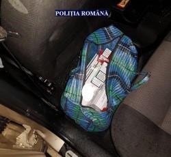 Ţigări netimbrate descoperite într-un autoturism, în localitatea Săvârşin