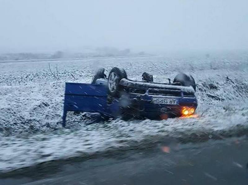 Mașină răsturnată în șanț pe drumul dintre Șiria și Horia