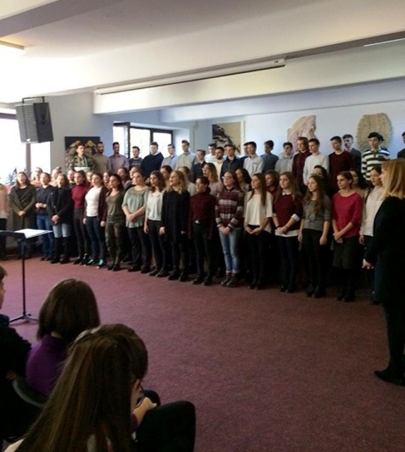 Colinde și cântece de iarnă au răsunat pe holurile Colegiului de Arte