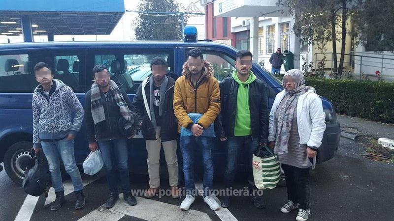 Şase persoane din Afganistan și Siria ascunse într-un microbuz, printre bagaje, depistate la vama Nădlac