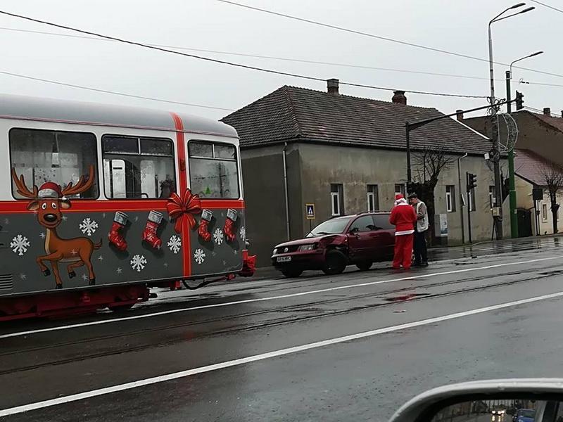 Tramvaiul lui Moş Crăciun tamponat la câteva zile de de la punerea lui în circulaţie