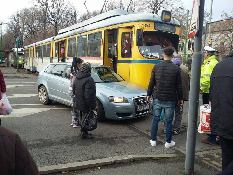 Tramvai implicat într-un accident rutier, în zona Podgoria. Transportul public, întârzieri de zeci de minute