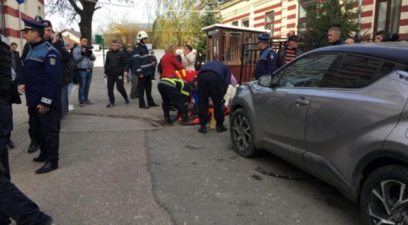 Clipe de groază la Buzău! Directoarea unei şcoli a spulberat cu maşina un grup de oameni care aşteptau ieşirea elevilor de la cursuri