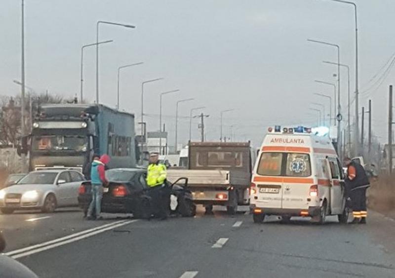 Accident cauzat de POLEI la ieşirea din Arad! Un BMW a pierdut controlul şi a izbit violent un Opel