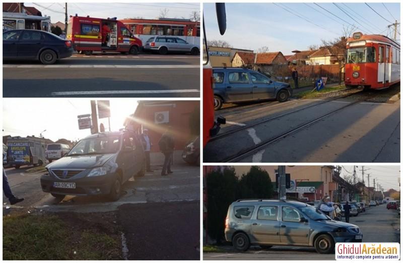 Un autoturism a fost lovit de un tramvai pe strada Petru Rareş din municipiul Arad
