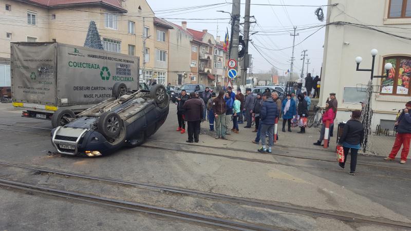 Accidentul din Vladimirescu, surprins de camerele VIDEO! Un SUV s-a răsturnat cu roţile în sus