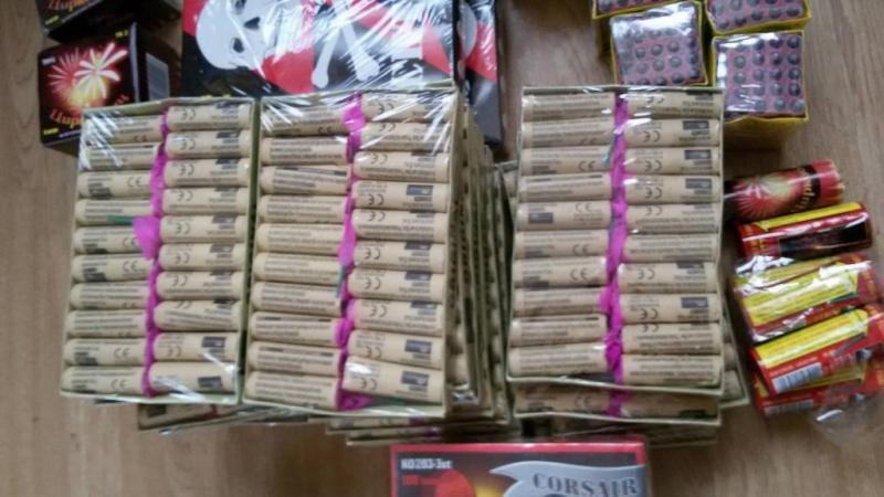 Un tânăr din Bârsa deţinea un adevărat arsenal pirotehnic! Poliţiştii au confiscat întreaga cantitate de petarde şi artificii
