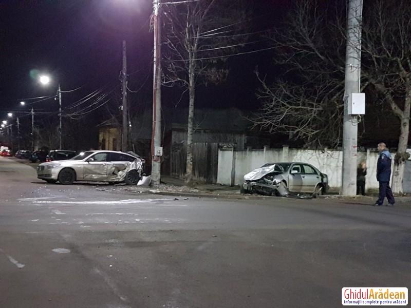 Impact devastator între un BMW şi un NISSAN, la intersecţia străzii Liviu Revreanu cu strada Oituz. O femeie a fost transportată la spital