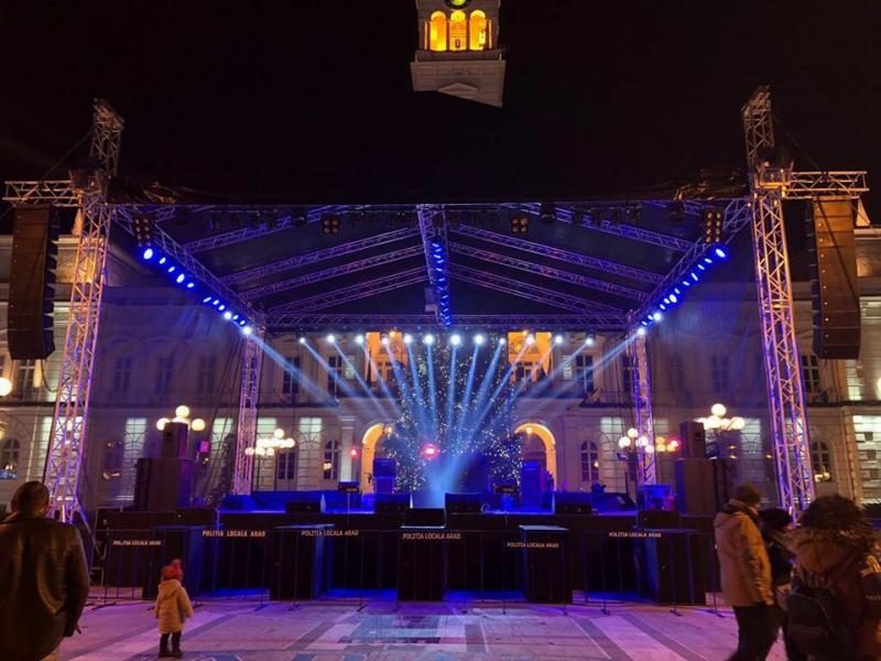 Scena din faţa Primăriei pregătită să-i primească pe cei de la Saragossa Band pentru concertul din noaptea de ANUL NOU