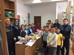 Poliţiştii arădeni au împărţit daruri de Sfântul Nicolae, pentru micuţii din Bata