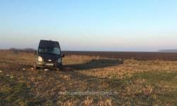 Un microbuz abandonat lângă frontiera cu Ungaria a alertat autorităţile de la Vamă. Poliţiştii au rămas muţi de uimire când s-au apropiatat