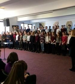 """Colinde și cântece de iarnă au răsunat pe holurile Colegiului de Arte """"Sabin Dragoi"""""""