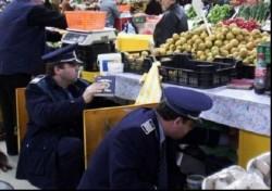 Pieţele din Arad, controlate de poliţişti înaintea sărbătorilor de iarnă