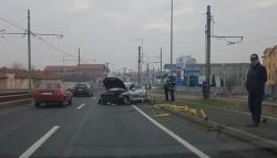 Accident spectaculos pe podul din Micalaca. Un şofer a spulberat stâlpii de protecţie pe o distanţă de 20 metri