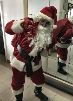 (P) El este Moș Crăciun pe care astăzi poți să-l ÎNCHIRIEZI la SUPER preț. Distractiv și glumeț îți va face un Ajun de NEUITAT