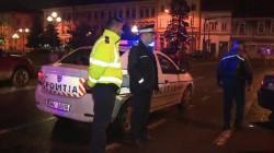 SCANDALOS! Agresorii care l-au tăiat cu maceta pe poliţistul din Arad, cercetaţi în stare de libertate