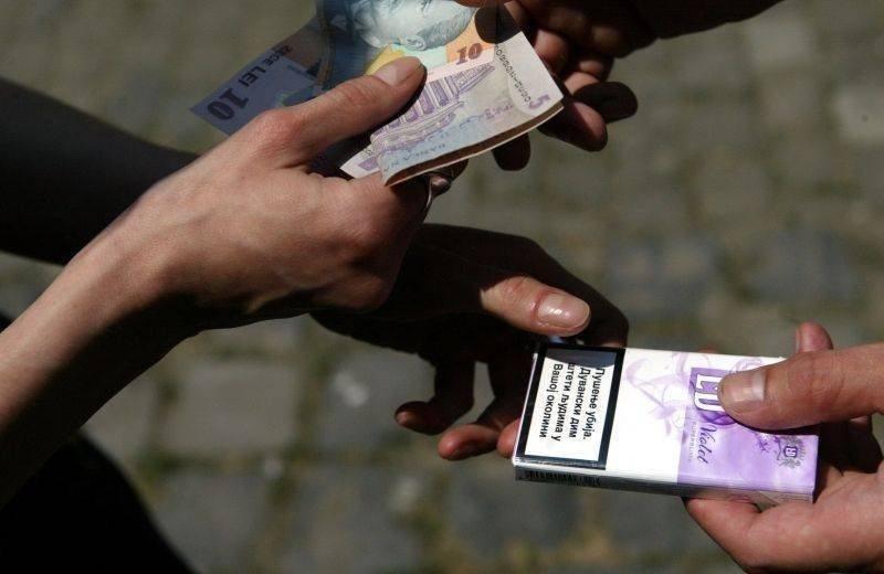 Prins în timp ce vindea țigări netimbrate într-o piață din Arad
