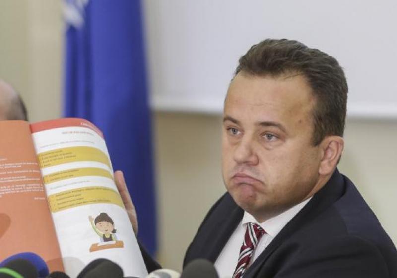 Regulamentul școlilor din România a fost schimbat. Actul educaţional şi starea precară a şcolilor, în plan secund