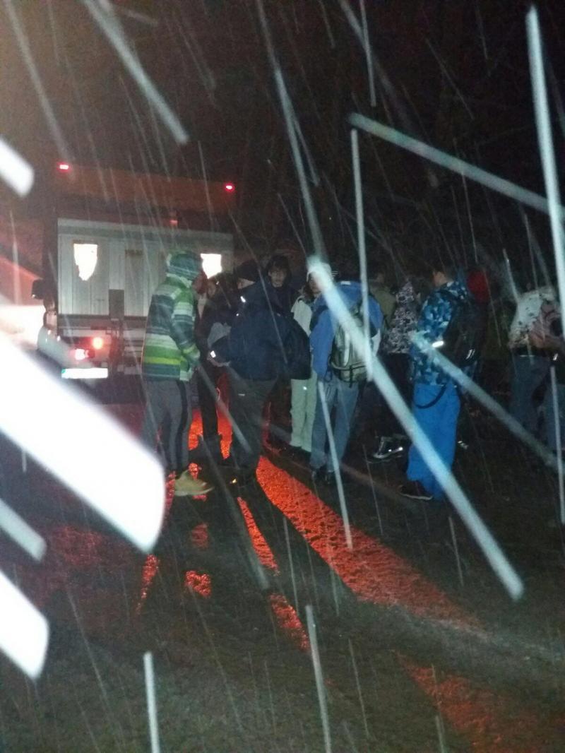 52 de elevi însoțiți de profesori, care se întorceau din excursie de la Arieșeni au stat în frig minute bune. Autocarul s-a defectat pe drum
