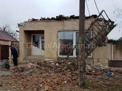 Tragedie evitată pe Calea Radnei, acolo unde acoperişul unei case, s-a prăbuşit pe trotuar