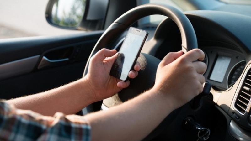 Franța interzice utilizarea telefoanelor mobile în mașini, chiar și când acestea sunt trase pe dreapta
