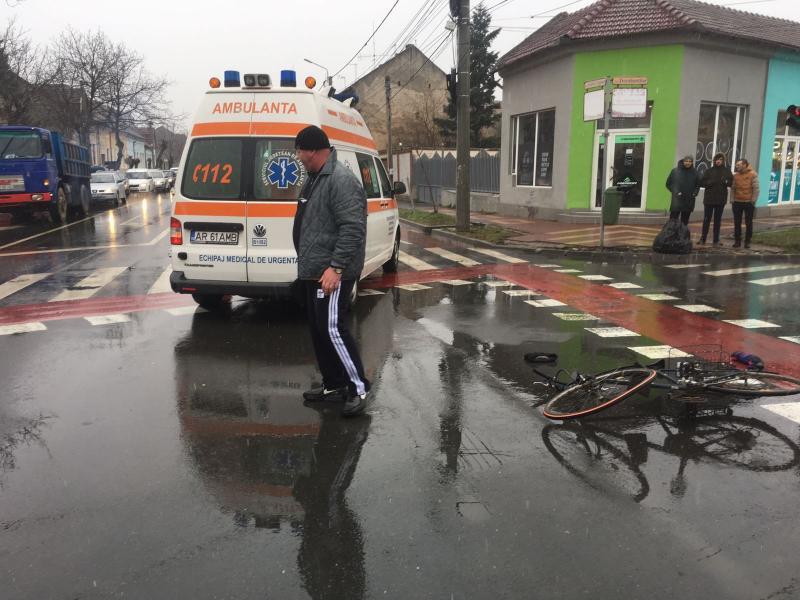 Biciclist neatent accidentat de un taxi, în intersecția străzilor Șaguna cu Dorobanților