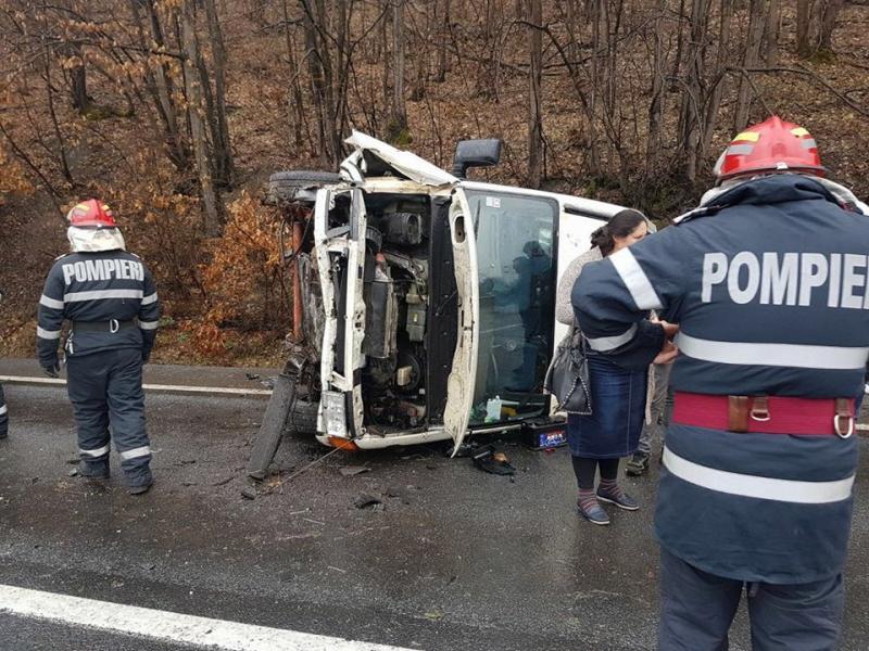 Valea Mureşului, din nou scena unui accident rutier. Trei persoane au rămas încarcerate într-un microbuz răsturnat