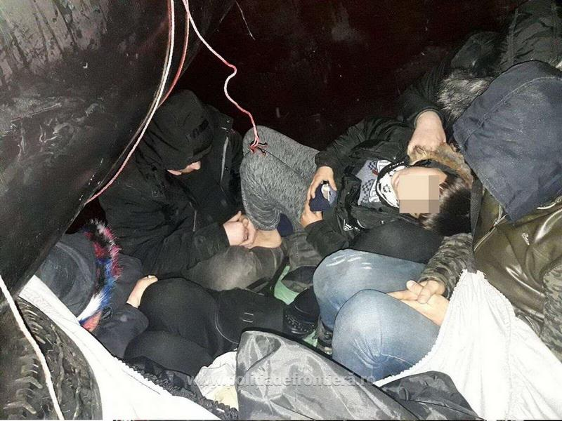 Cinci persoane ascunse printre bagaje într-o remorcă, descoperite la vama Nădlac