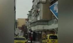 Bărbat împins de la balcon, chiar de fiul său