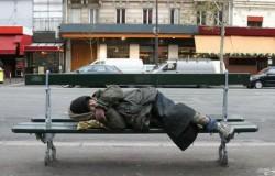 Oamenii străzii identificaţi şi duşi la adăpost pentru a fi feriţi de ger