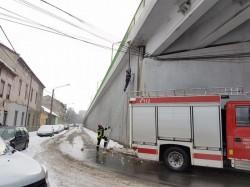 Atenţie la ţurţurii de gheaţă! Intervenţie a pompierilor arădeni pentru îndepărtarea unui pericol iminent