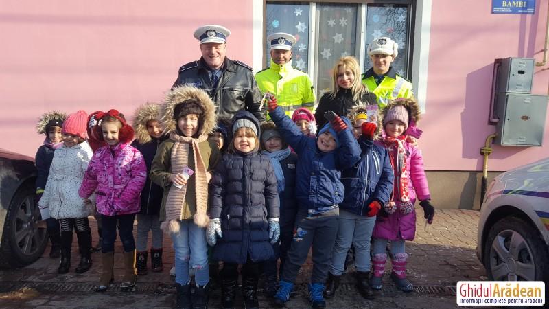 Polițiștii rutieri au împărțit primele mărțișoare, în fața Grădiniței Bambi din Arad