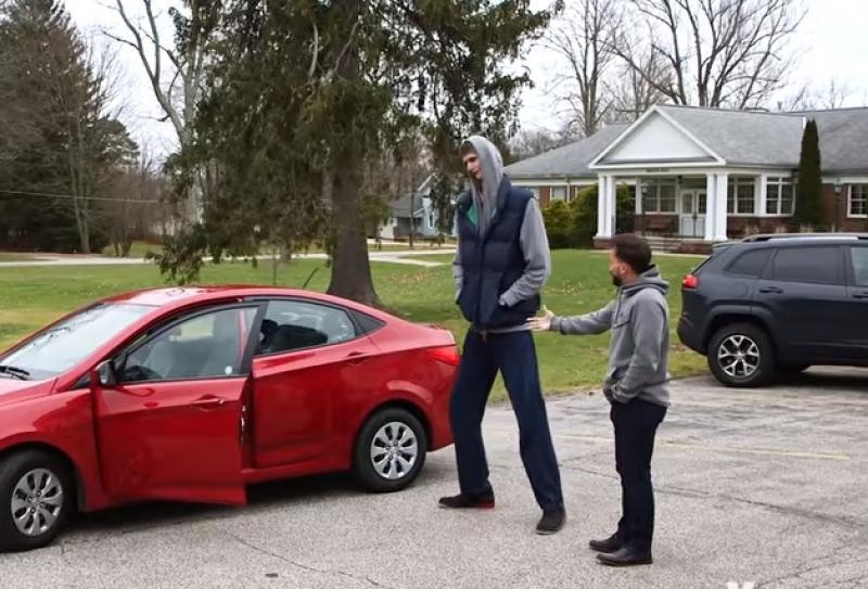 Clipul zilei: Cum a reușit Robert Bobroczkyi, un arădean de 2,31 metri, să se înghesuie într-un Hyundai Accent