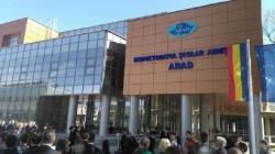 La Arad, simularea pentru Evaluarea Naţională s-a desfăşurat între boicotul profesorilor şi paza jandarmilor!