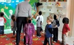 SCANDAL într-o grădiniță. Educatoarea îi bate pe copii și îi închide în dulap