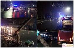 Pericol de electrocutare pe strada 6 Vânători! Un stâlp electric stă să cadă pe carosabil după ce a fost lovit de un camion!