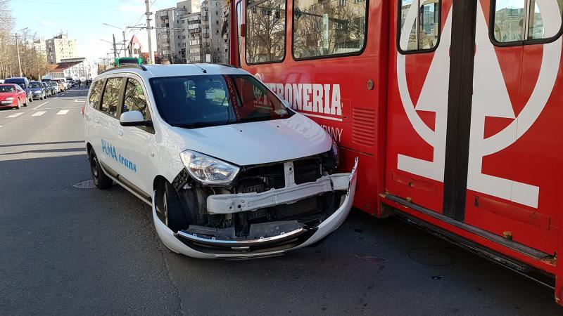Impact intre un tramvai şi un autoturism, pe calea Aurel Vlaicu