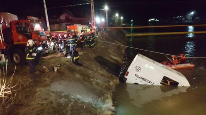 Lucrau în Arad dar şi-au găsit sfârşitul aproape de casă. Nouă persoane au murit după ce autoutilitara în care se aflau a plonjat în râul Bistriţa