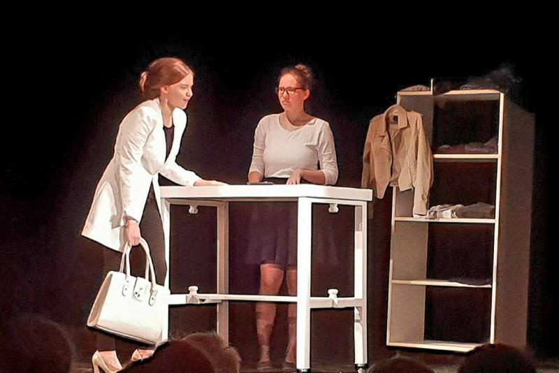 """Trupa de teatru de tineri """"Ardalion"""" pe scena Teatrului de Marionete din Arad"""