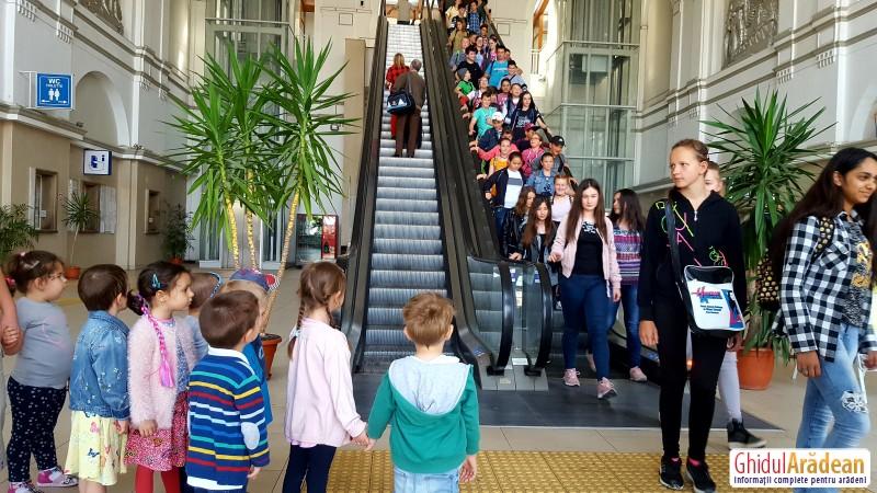 Gara din Arad vizitată de micuții de la Grădinița Bambi. Ei au văzut cea mai modernă gară din România