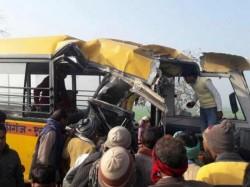 13 copii au murit într-un groaznic accident rutier. Autobuzul școlar în care se aflau copiii a fost spulberat de tren