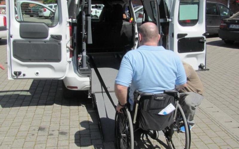 Primăria Arad asigură transport gratuit persoanelor cu handicap aflate în scaun rulant