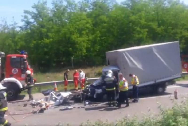 Un alt român a murit joi într-un accident pe o autostradă din Ungaria. Camioneta cu numere de Timișoara s-a făcut bucățî