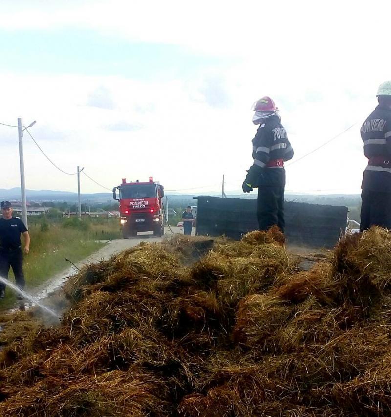 O remorcă încărcată cu fân a luat foc