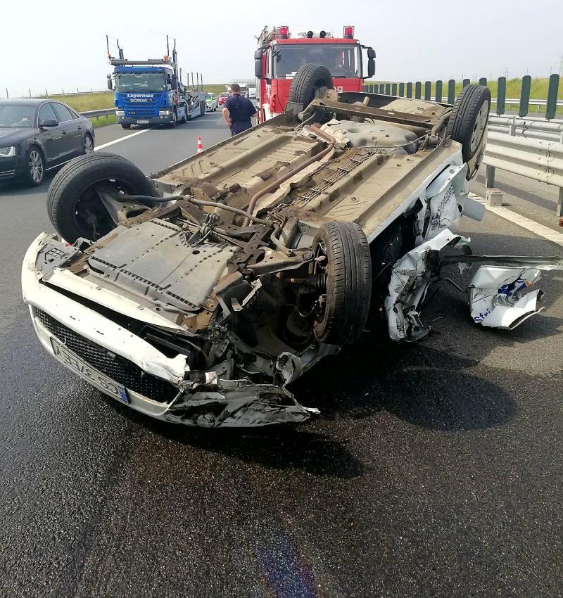 Accident pe Autostrada Arad-Timișoara. O mașină s-a răsturnat cu roțile-n sus
