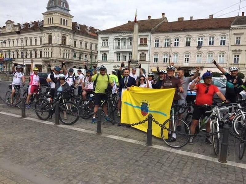 """Marșul pe bicicletă """"Pedalăm pentru România"""" în trecere prin Arad"""